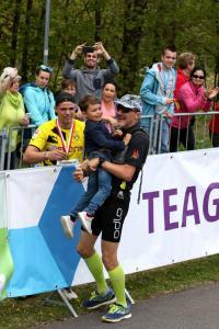 Andreas mit seinem Enkel Mats vor dem Zieleinlauf